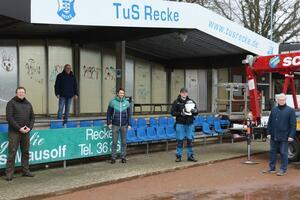<p>Diverse TuSler und Markus Dürken von der Kreissparkasse erwarten die Installation des Kamerasystems durch den Techniker von Soccerwatch an der Tribüne des Fürstenberg-Stadions.</p>